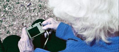 Oude vrouw met fototoestel