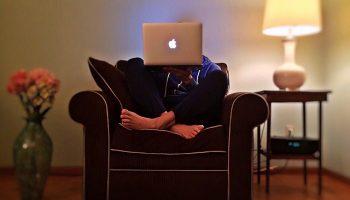 thuiswerken met laptop op schoot