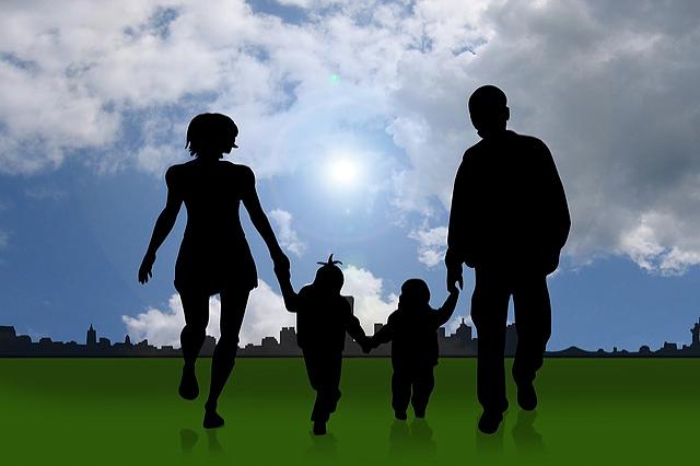 gezin loopt hand in hand