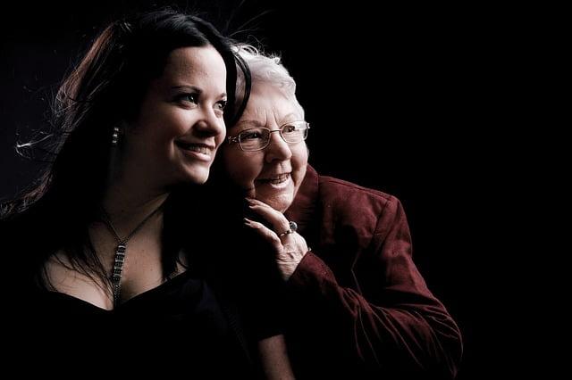 jonge vrouw en oude vrouw steunen elkaar