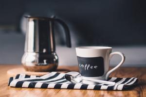 keukentafel met kopje koffie