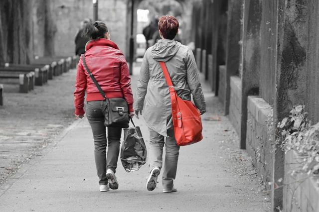 twee vrouwen lopen op straat
