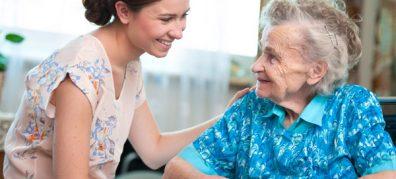 jonge vrouw legt arm op oude vrouw