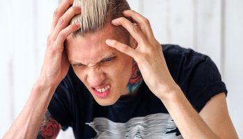 jongeman is boos en gefrustreerd
