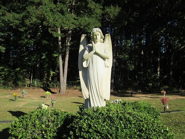 stenen engel bij graf