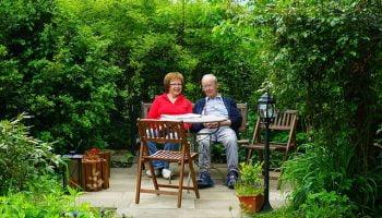 stel op bankje in tuin