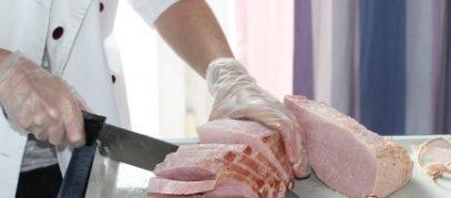 slager snijdt vlees