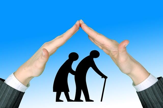 handen boven 2 oude mensen vormen een dak