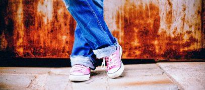 Meisje met gekruiste benen