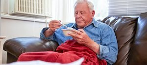 Oude eet soep onder deken