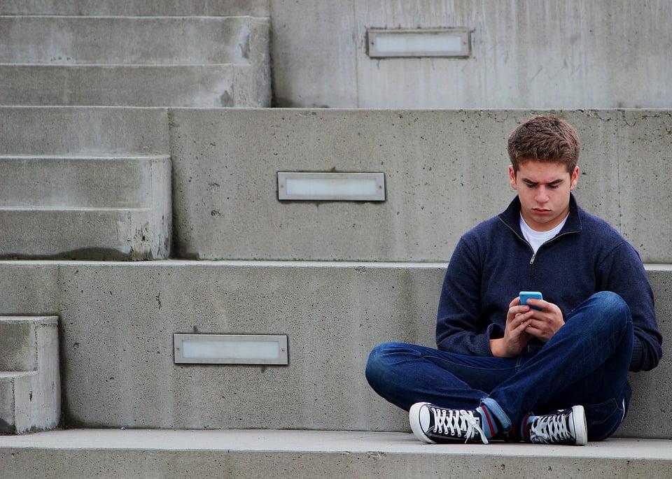 jongere met telefoon