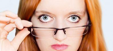 vrouw kijkt over bril