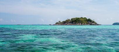 Blauwe zee met klein eiland