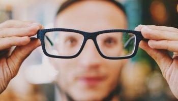 Man kijkt door bril
