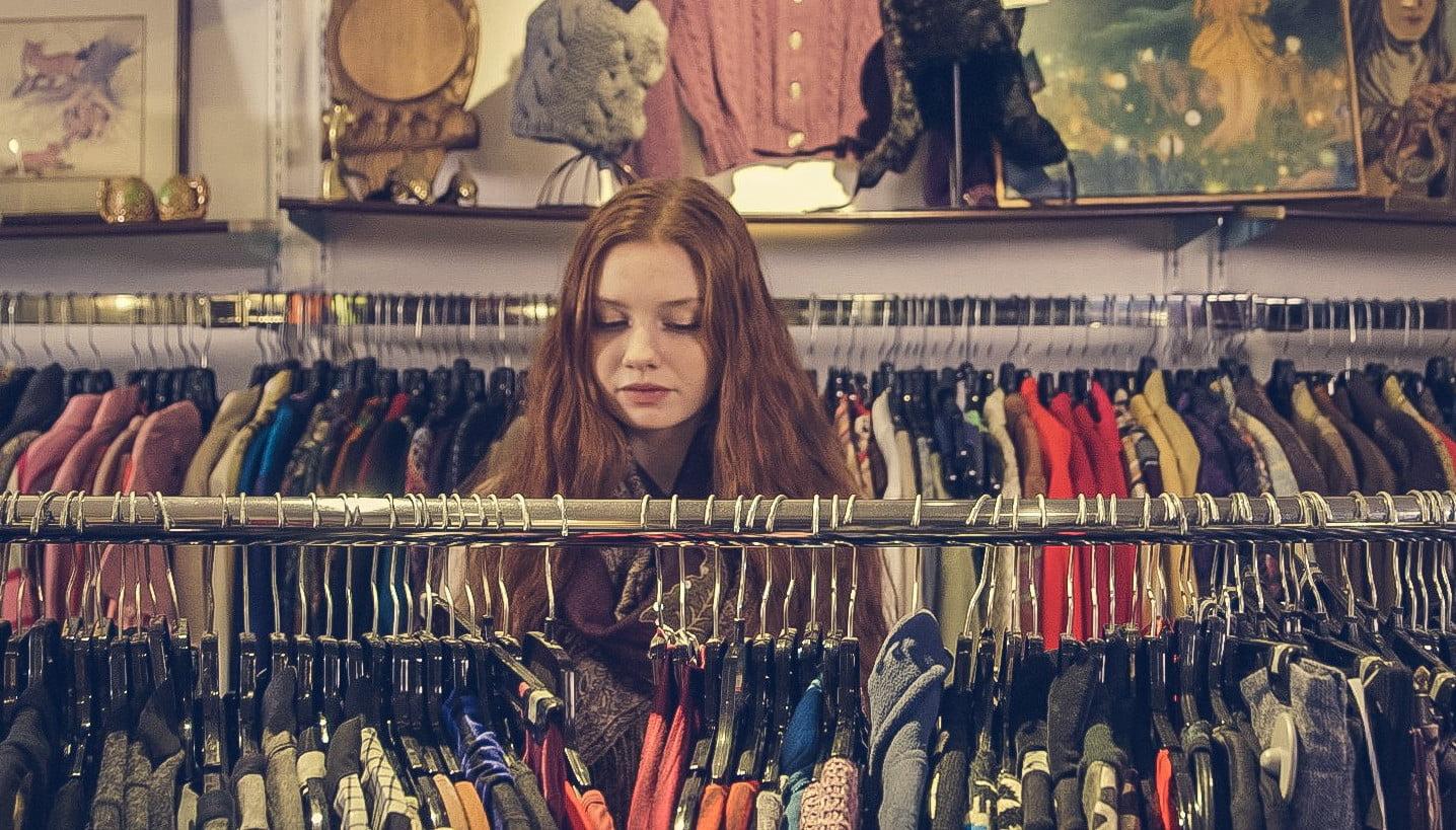 meisje in kledingwinkel