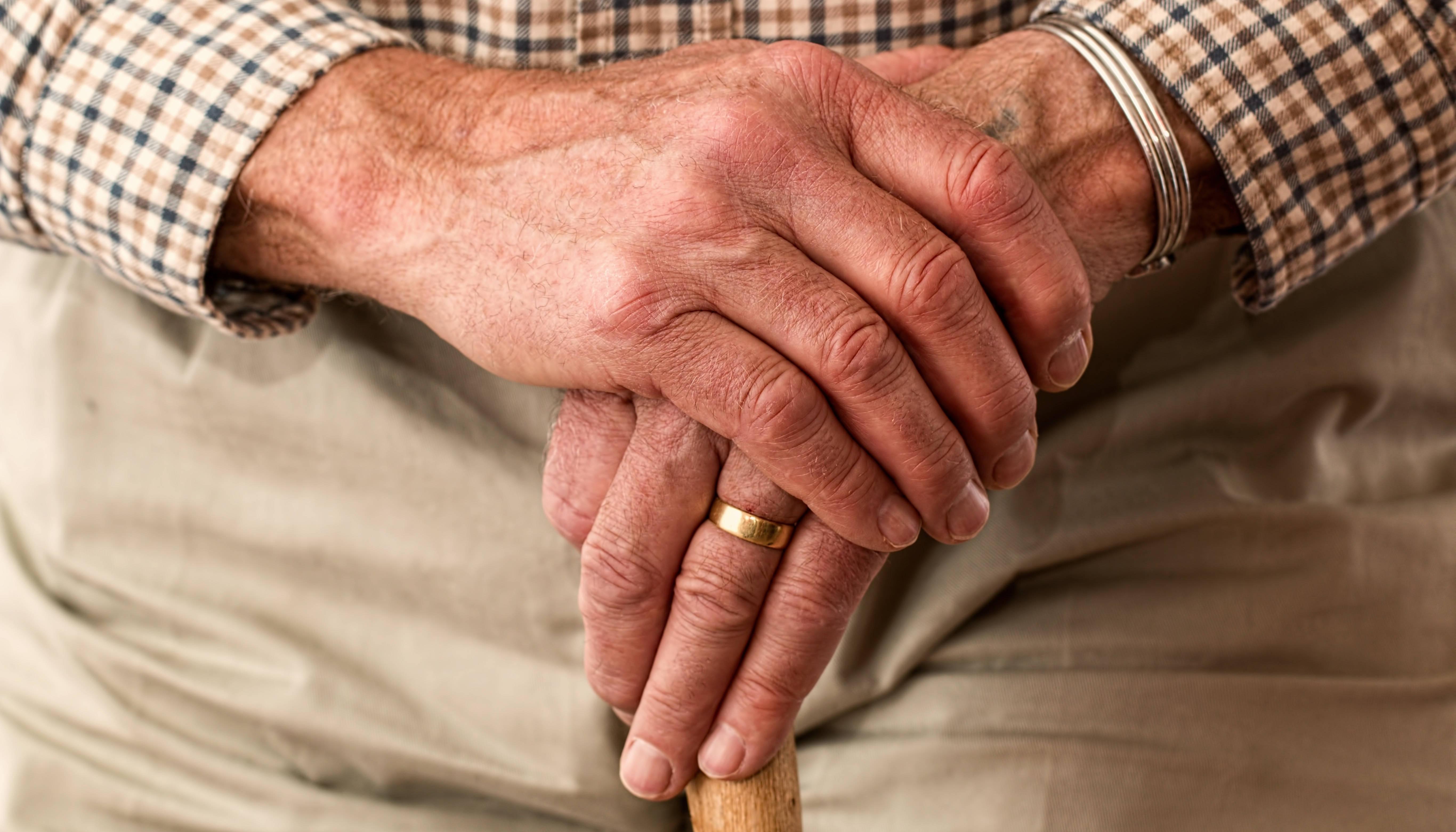 oudere man met stok
