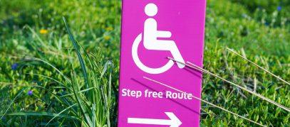 Wegwijzer die een rolstoelroute aangeeft