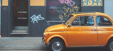 oranje auto in straat