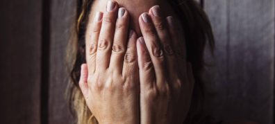 vrouw met handen voor haar gezicht