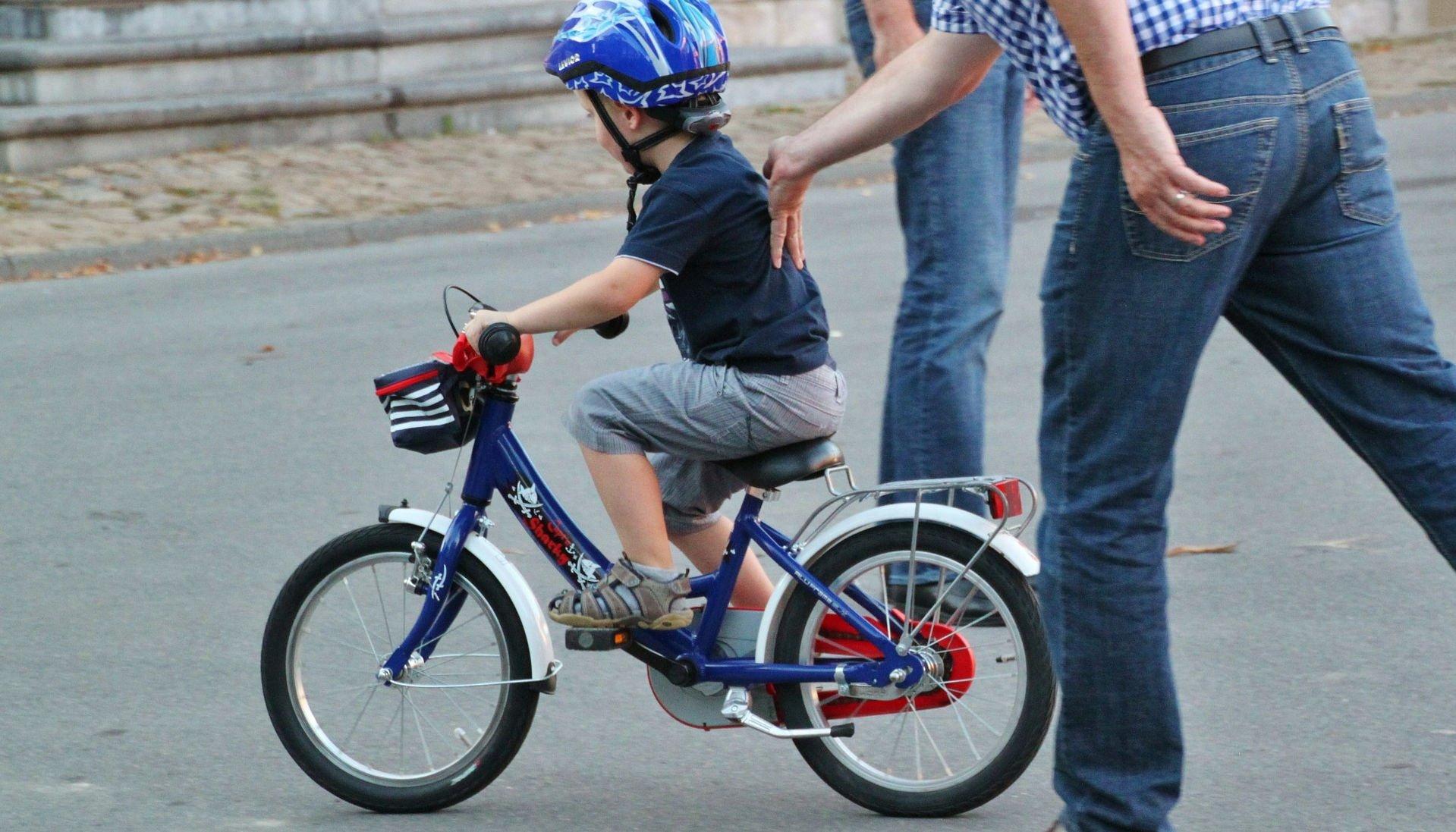 Kind leert fietsen