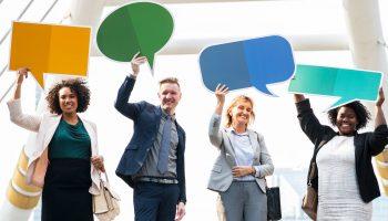 Clientenparticipatie uitgebeeld door 4 mensen met tekstballon