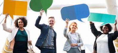 4 mensen zeggen iets met tekstballon