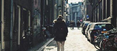 persoon wandelt over straat