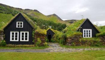 twee huizen in de natuur
