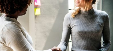 2 mensen geven elkaar de hand