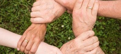 Handen pakken elkaar vast
