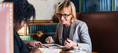 gesprek tussen twee vrouwen