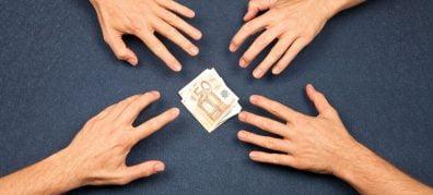 handen grijpen naar geld