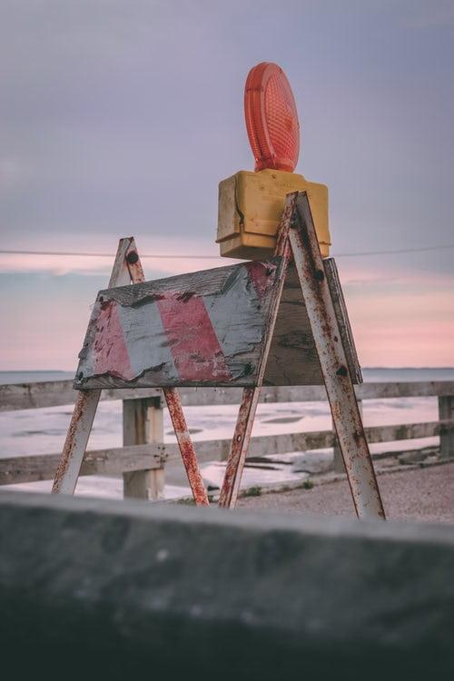 houten barricade met oranje lamp