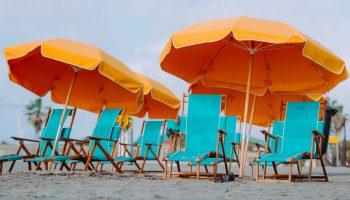 strandstoelen met parasol en vakantie