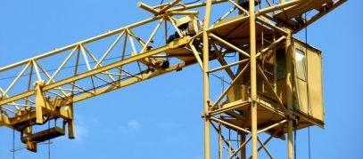 bouwkraan en blauwe lucht