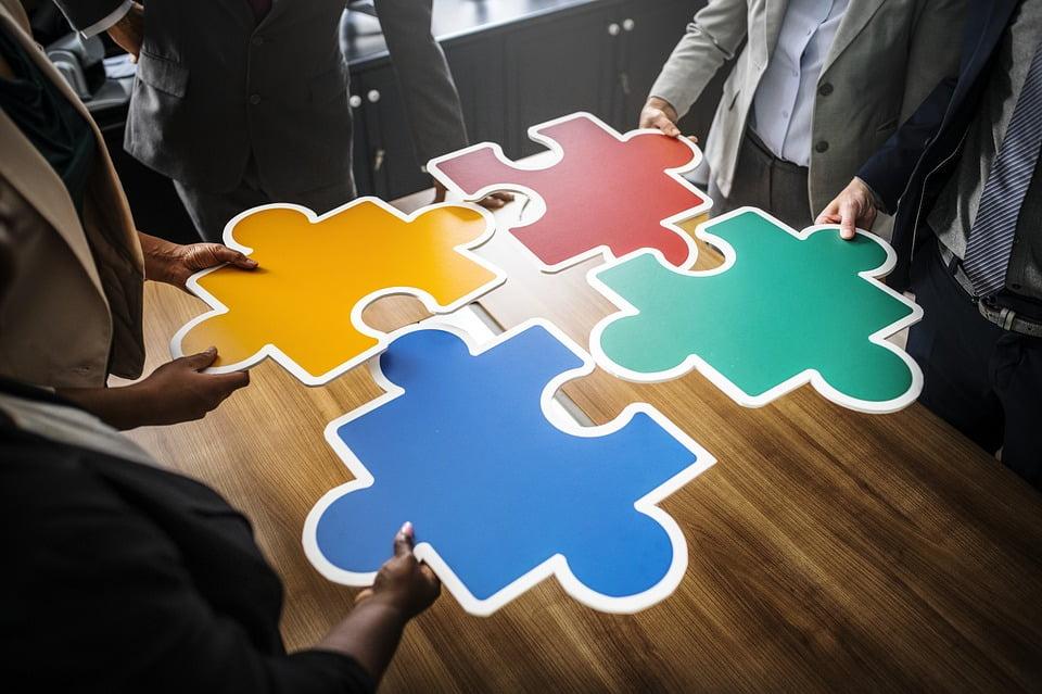 4 gekleurde puzzelstukken