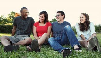 groep jongeren in het gras