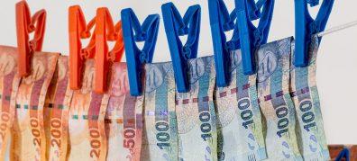 papiergeld aan waslijn