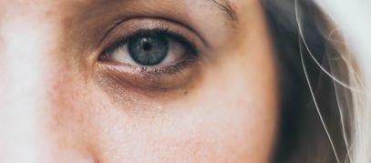 vrouw oog verdrietig