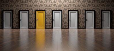 1 gele deur tussen grijze deuren