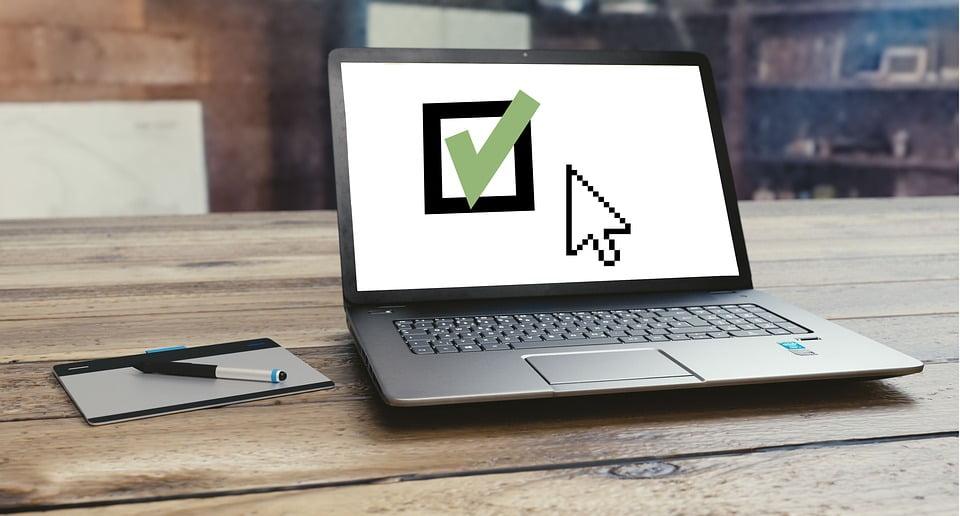 scherm laptop met groene v