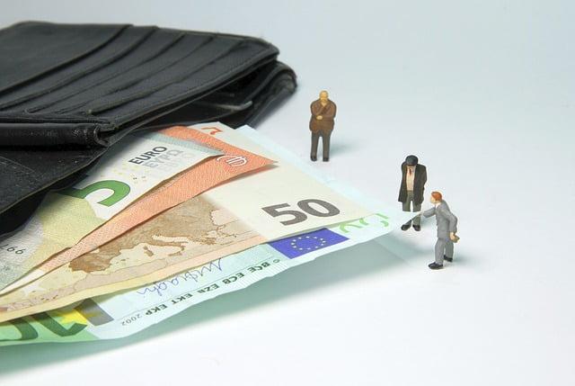 beurs papiergeld en kleine mensfiguren