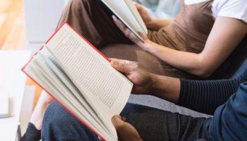 2 lezende mensen