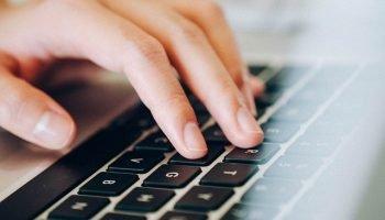 vingers op toetsenbord