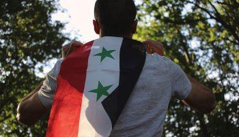 man met syrische vlag op rug