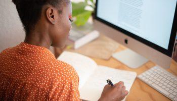 webinar-vrouw-computer-notitieboek