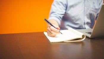 Persoon plaats handtekening op document